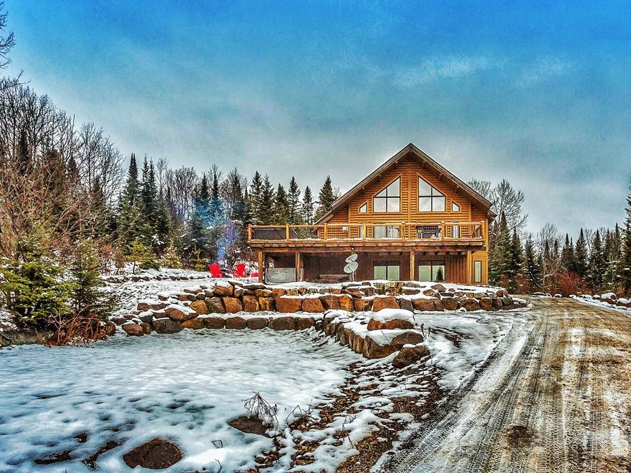 A classic log chalet Airbnb at Mont Tremblant, Quebec. (Photo: Courtesy Airbnb)