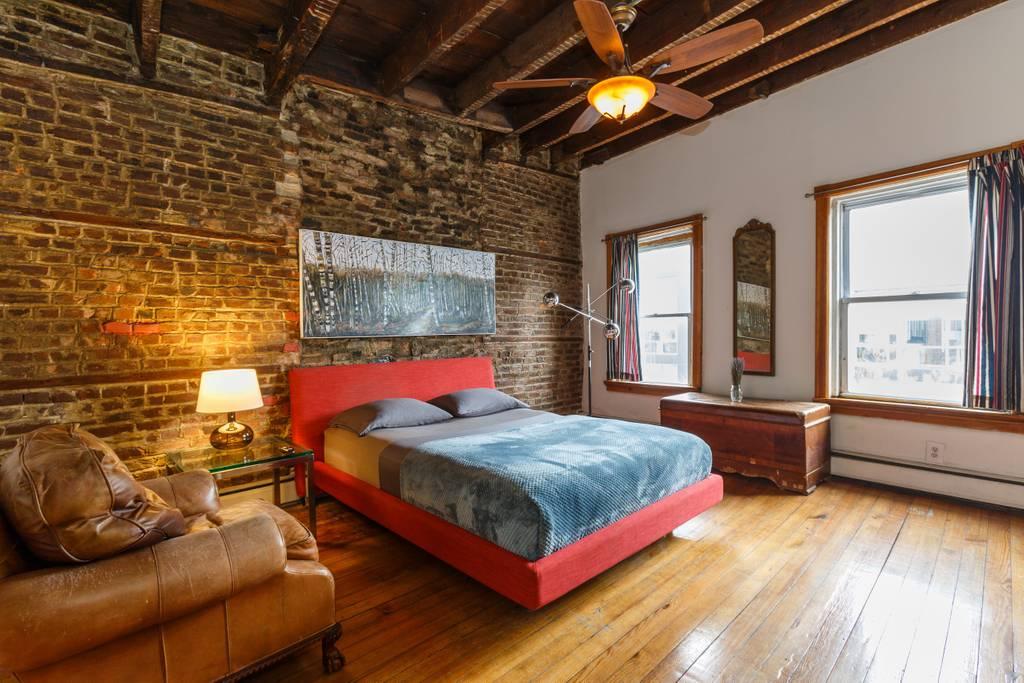 A cozy brick Airbnb in Brooklyn, New York. (Photo: Courtesy Airbnb)